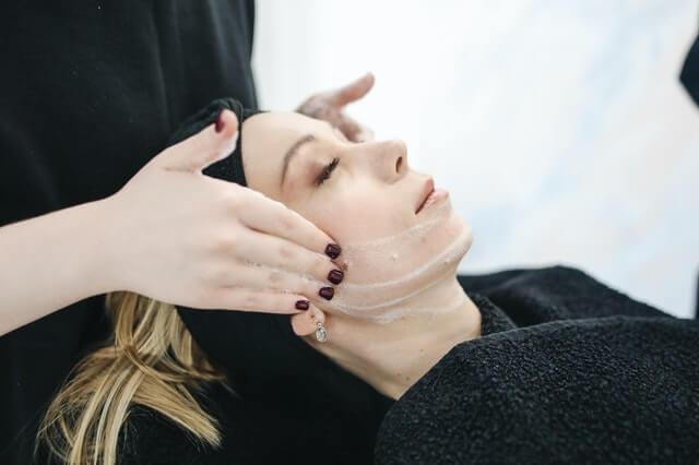 שמירת עור הפנים לבד או באמצעות אנשי מקצוע