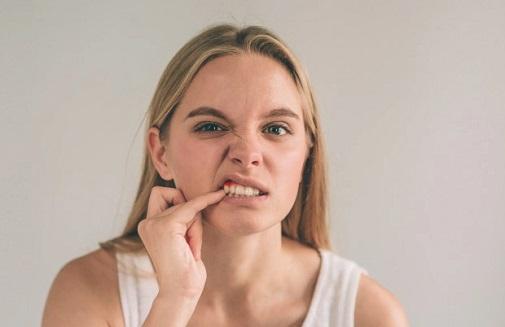 איך למנוע נסיגת חניכיים בפה