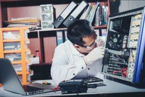 נפילות או חבטות בגוף המחשב נייד